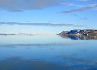 île arctique et son reflet.